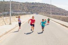 Τρέχοντας ομάδα παιδιών στοκ φωτογραφία