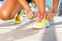 Τρέχοντας παπούτσια - δένοντας δαντέλλες παπουτσιών γυναικών Στοκ φωτογραφία με δικαίωμα ελεύθερης χρήσης