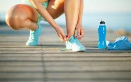 Τρέχοντας παπούτσια - δένοντας δαντέλλες παπουτσιών γυναικών στοκ φωτογραφίες με δικαίωμα ελεύθερης χρήσης