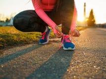 Τρέχοντας παπούτσια - δένοντας δαντέλλες παπουτσιών γυναικών Στοκ Εικόνα