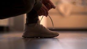 Τρέχοντας παπούτσια - δένοντας δαντέλλες παπουτσιών γυναικών φιλμ μικρού μήκους