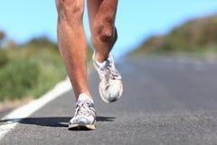 τρέχοντας παπούτσια δρομέων ποδιών κινηματογραφήσεων σε πρώτο πλάνο Στοκ Εικόνα