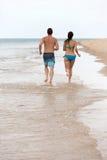 Τρέχοντας παραλία ζεύγους Στοκ Εικόνες