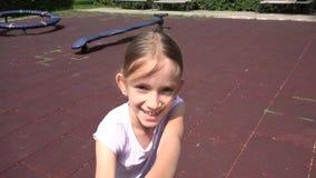 Τρέχοντας περιστροφή παιδιών στην παιδική χαρά, πορτρέτο κοριτσιών χαμόγελου γέλιου στο πάρκο 4K απόθεμα βίντεο