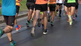 Τρέχοντας πλήθος δρομέων μαραθωνίου ποδιών ποδιών των αθλητών φιλμ μικρού μήκους