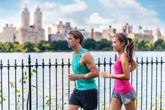 Τρέχοντας δρομείς ζευγών που εκπαιδεύουν, Central Park, NYC στοκ εικόνα