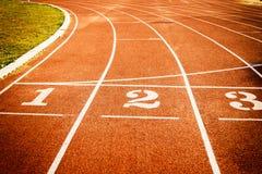 Τρέχοντας σύσταση γραμμών έναρξης διαδρομής με τους αριθμούς παρόδων Στοκ φωτογραφία με δικαίωμα ελεύθερης χρήσης