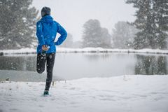 Τρέχοντας τέντωμα Αθλητής στην κορυφή του βουνού Στοκ Φωτογραφία
