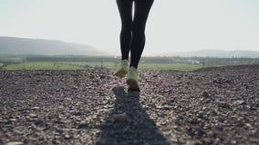Τρέχοντας το νέο ίχνος γυναικών που τρέχει στο βουνό στο ηλιοβασίλεμα - θηλυκός δρομέας αθλητών που τρέχει γρήγορα γρήγορα κοντά  απόθεμα βίντεο