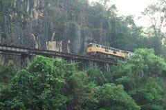 Τρέχοντας τραίνο στις διαδρομές, σιδηρόδρομος θανάτου, Ταϊλάνδη Στοκ Φωτογραφίες