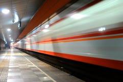 Τρέχοντας τραίνο τη νύχτα Στοκ εικόνα με δικαίωμα ελεύθερης χρήσης