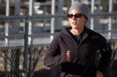 τρέχοντας χειμερινή γυναίκα Στοκ Φωτογραφία