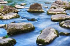 Τρέχων ποταμός άνοιξη στοκ εικόνες με δικαίωμα ελεύθερης χρήσης