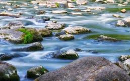 Τρέχων ποταμός άνοιξη στοκ φωτογραφίες