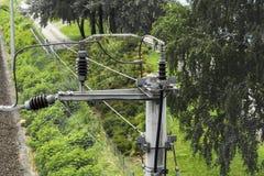 Τρέχων συλλέκτης και μονωτής για την εναέρια γραμμή επαφών μιας ηλεκτρικής γραμμής σιδηροδρόμων, που συνδέεται με έναν αγωγό αστρ στοκ εικόνες