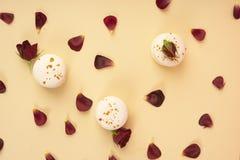 Τρία άσπρα macaroons κέικ που σχεδιάζονται επιδέξια μεταξύ των οφθαλμών και στοκ εικόνες με δικαίωμα ελεύθερης χρήσης
