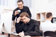 Τρία άτομα εργάζονται στο δωμάτιο ασφάλειας στοκ εικόνα