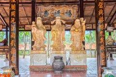 Τρία αγάλματα πετρών που αντέχουν το σύμβολο ` που ευλογεί, τύχη, προσδοκία ` Στοκ Εικόνες