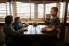 Τρία αγόρια έχουν το μεσημεριανό γεύμα στοκ φωτογραφία με δικαίωμα ελεύθερης χρήσης