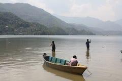 Τρία αγόρια που αλιεύουν σε μια ορεινή λίμνη στο Νεπάλ Στοκ φωτογραφία με δικαίωμα ελεύθερης χρήσης