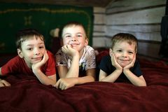 Τρία αγόρια που βρίσκονται στον καναπέ στοκ εικόνες