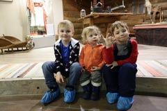 Τρία αγόρια που κάθονται στο πάτωμα στοκ φωτογραφία
