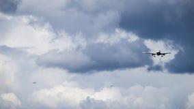 Τρία αεροπλάνα αεριωθούμενων αεροπλάνων/αεροσκάφη εισάγουν τον προσγειωμένος διάδρομο σε έναν αερολιμένα στοκ εικόνες