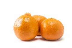 Τρία απομονωμένη tangerines κινηματογράφηση σε πρώτο πλάνο Στοκ Φωτογραφία