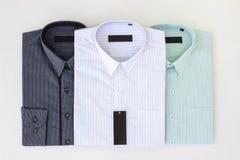 Τρία από τα νέα πουκάμισα φορεμάτων ατόμων ` s Στοκ Φωτογραφία