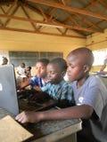 Τρία αρχικά schoolkids με το lap-top μέσα σε μια τάξη στοκ εικόνες με δικαίωμα ελεύθερης χρήσης