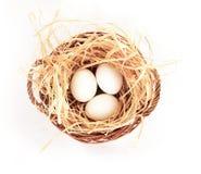 Τρία αυγά στο καλάθι στο άσπρο υπόβαθρο βρίσκουν τις παρόμοιες εικόνες Στοκ Εικόνα