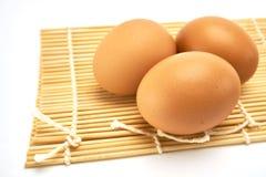 Τρία αυγά στο χαλί μπαμπού Στοκ φωτογραφία με δικαίωμα ελεύθερης χρήσης