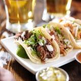 Τρία αυθεντικά μεξικάνικα tacos στοκ φωτογραφία