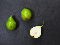 Τρία αχλάδια στο γκρίζο υπόβαθρο Στοκ φωτογραφίες με δικαίωμα ελεύθερης χρήσης