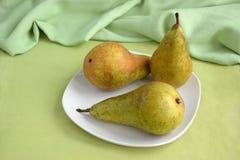 Τρία αχλάδια στο πιάτο στοκ φωτογραφία