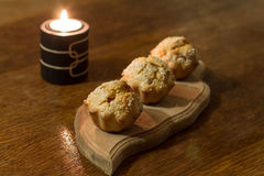 Τρία αλμυρά muffins στην τροφή ξυλογραφιών Στοκ Εικόνες