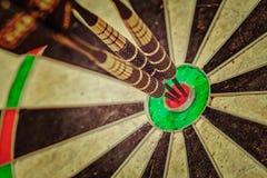 Τρία βέλη στο bullseye κλείνουν επάνω Στοκ Εικόνα