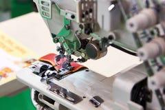 Τρία βελόνα πέντε περασμένη κλωστή βιομηχανική ράβοντας μηχανή του επίπεδου κρεβατιού Στοκ Εικόνες