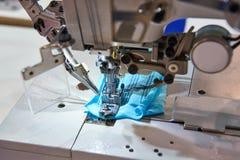Τρία βελόνα πέντε περασμένη κλωστή βιομηχανική ράβοντας μηχανή του επίπεδου κρεβατιού Στοκ εικόνες με δικαίωμα ελεύθερης χρήσης