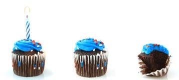 Τρία γενέθλια Cupcakes στοκ εικόνες