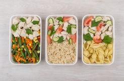Τρία γεύματα του κοτόπουλου με το διαφορετικό δευτερεύον πιάτο στον πίνακα Στοκ Φωτογραφίες