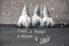 Τρία γκρίζα στοιχειά, τσιμέντο, Snowflakes, χαμόγελο λόγου αποσπάσματος πάντα στοκ εικόνα