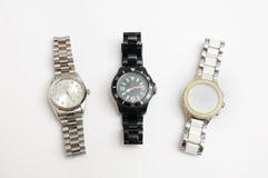 Τρία δεμένα μέταλλο ρολόγια του ασημένιου, άσπρου και μαύρου χρώματος στοκ εικόνα με δικαίωμα ελεύθερης χρήσης