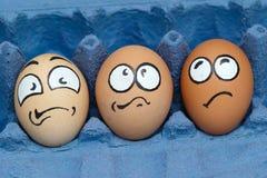 Τρία εκφοβισμένο περιμένοντας μαγείρεμα προσώπου αυγών στοκ εικόνα