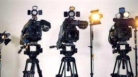 Τρία επαγγελματικά βιντεοκάμερα στα τρίποδα απόθεμα βίντεο