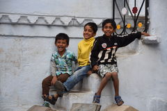 Τρία ευτυχή ινδικά παιδιά που χαμογελούν στη κάμερα σε Udaipur, Rajasthan, Ινδία Στοκ Φωτογραφία