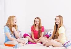 Τρία ευτυχή κορίτσια στο σπίτι Στοκ φωτογραφία με δικαίωμα ελεύθερης χρήσης