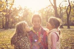 Τρία ευτυχή μικρά κορίτσια στο πάρκο στοκ εικόνα με δικαίωμα ελεύθερης χρήσης
