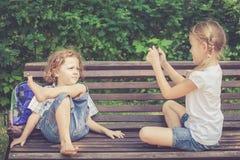 Τρία ευτυχή παιδιά που παίζουν στο πάρκο Στοκ Φωτογραφία