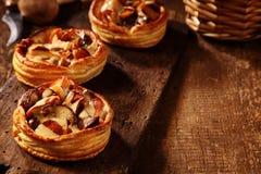 Τρία εύγευστα φρέσκα tarts μανιταριών Στοκ Εικόνες